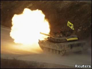 Tanque sul-coreano faz disparo durante exercício militar