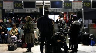 """Пассажиры спят в аэропорту """"Домодедово"""""""