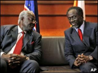 رئيس وزراء ساحل العاج (إلى اليمين) مستقبلا رئيس سييراليون