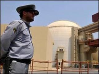 حراس أمام منشأة نووية ايرانية