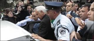 Moshe Katsav escoltado por la policía