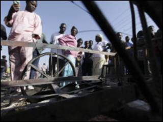 نيجيريون في موقع تفجير