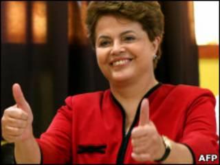 Dilma Rousseff faz sinal de positivo após votar, em outubro
