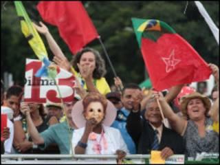 Público aguarda passagem de Dilma Rousseff em Brasília (AP)