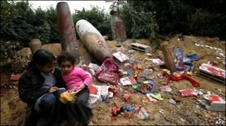 طفلتان يلعبان أمام ذخيرة مفرغة في معرض أقامته حماس في غزة