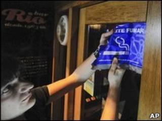 """Надпись """"Курить запрещено!"""" на дверях испанского кафе"""