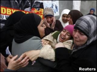خواهر جواهر ابو رحمه در مراسم تدفین