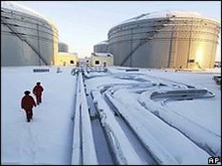 Em Mohe, no nordeste da China, os tanques de petróleo e o oleoduto que liga a Rússia à China
