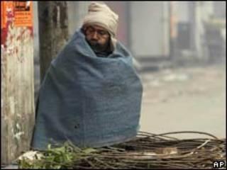 印度一名商販在寒風中(03/01/2011)