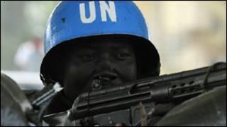 Un casque bleu de l'opération des Nations Unies en Côte d'Ivoire (Onuci)