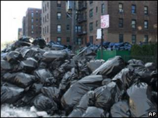 Pilha de lixo em rua de Nova York