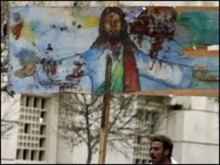 مصري قبطي خارج كنيسة القديسين بالاسكندرية