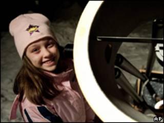Kathryn Gray ao lado do telescópio do pai