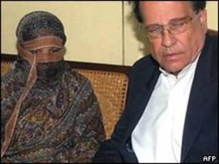 سلمان تاثیر آسیہ بی بی کے ہمراہ