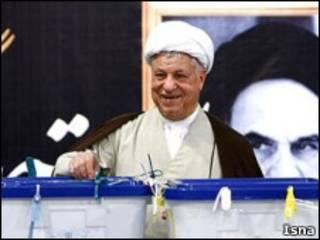 هاشمی رفسنجانی هنگام رای دادن در انتخابات ریاست جمهوری دهم
