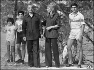 علیرضا پهلوی، نفر دوم از سمت چپ در کنار خانواده اش