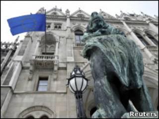 флаг ЕС над венгерским парламентом