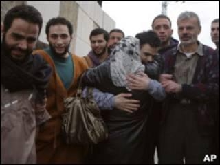 أحد عناصر حماس يحتضن والدته في الخليل