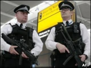 持枪执勤的警察