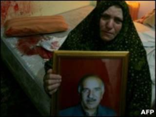 Портрет убитого палестинца и его вдова