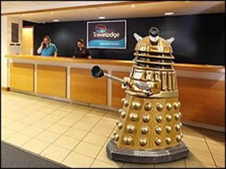 Robô Dalek (imagem: Travelodge)