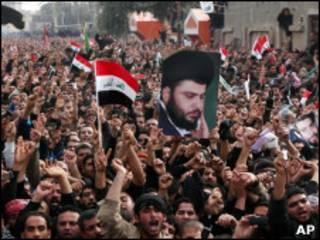 Толпа шиитов с портретом Садра