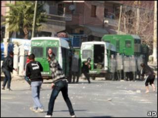 چند جوان در شهر قسنطینه الجزایر به طرف پلیس سنگ پرت می کنند.