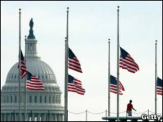 Приспущенные флаги у Белого дома