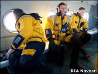 Спасатели на борту вертолета