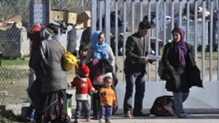 """أعلنت شرطة اليوروبول الأوروبية اعتقال أعضاء في عصابة لتهريب اللاجئين الأفغان. وقات انه تم اعتقال 26 عضوا من اعضاء تلك العصابة  في ايطاليا في انتظار مزيد من الاعتقالات في ألمانيا وفرنسا.  وأوضحت ان العصابة كانت مسؤولة عن تهريب حوالي 200 مهاجر غير شرعي الى اوروبا كل شهر، خمس هذا العدد منهم من الأطفال.  ويعتقد ان كل فرد من المهاجرين دفع حوالي 5 آلاف يورو مقابل تهريبهم عبر أوروبا.  وجاءت الاعتقالات يوم الثلاثاء خلاصة للتحقيق الذي أجرته شرطة اليوروبول لمدة عامين وشملت عمليات تفتيش لعدد من المنازل تم خلالها العثور على بعض الأطفال المهربين.  وقد بدأ معظم المهاجرين رحلتهم في أفغانستان قبل السفر عبر باكستان وإيران وتركيا الى اليونان، ومن هناك إلى أوروبا الغربية.  وقالت اليوروبول إن الذين يديرون هذه العصابة يستخدمون وثائق هوية مزورة تابعة للاتحاد الأوروبي، وأموال محولة من خلال شبكة الحوالة الشعبية.  وقال بييرو سافيوتي، وهو مدع عام في روما، إن """"بعض المعتقلين يشتبه في ضلوعهم في الإرهاب الدولي""""."""