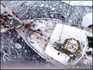 """Ледокол """"Адмирал Макаров"""" ведет рефрижератор """"Берег надежды"""" в безопасные воды."""