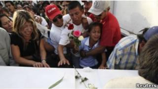 جنازة شقيقتين قتلا في حرب المخدرات بالمكسيك