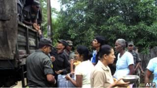 الجنود السريلانكيون يوزعون الطعام على المنكوبين في المنطقة الشرقية بولوناروا