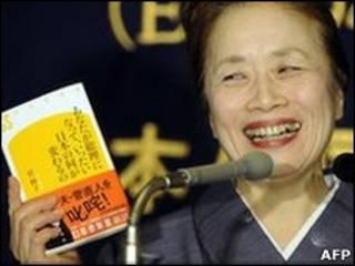 Жена японского премьера Нобуко Кан демонстрирует свою книгу о супруге