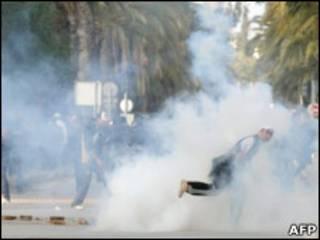 Разгон демонстрантов в Тунисе