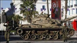 На вулицях Туніса - танки