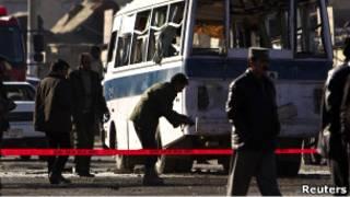 محققون أفغانيون في موقع انفجار انتحاري