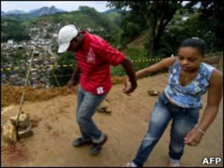 Casal caminha em área de Nova Friburgo atingida por deslizamentos
