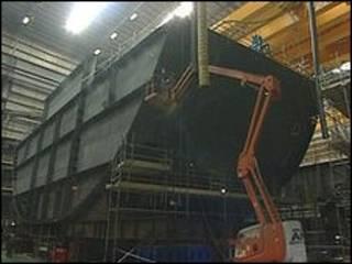 修造中的航母尾部