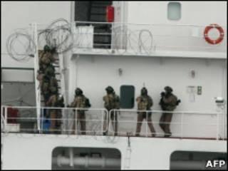 Militares australianos abordam navio tomado por piratas