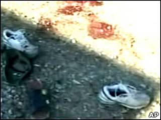 Туфли на окровавленной земле возле полицейского участка в Тикрите