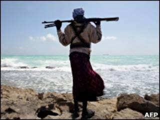 Pirata somali observa navio grego no litoral somali