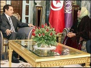 مادر محمد بوعزیزی با بن علی رئیس جمهور تونس
