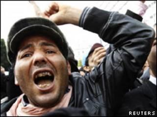 Manifestante em Túnis/Reuters