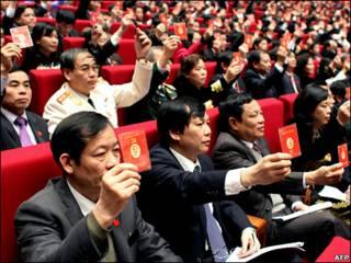 Các đại biểu dùng thẻ bỏ phiếu thông qua nghị quyết của Đảng trong ngày 19/1, ngày cuối của Đại hội XI