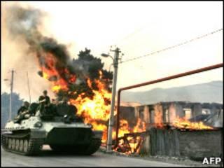 Танк у сгоревшего дома