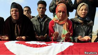 أسرة محمد البوعزيزي تترحم عليه فوق قبره