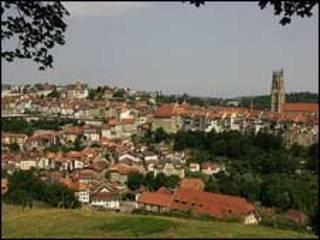 Vista de Fribourg com a Catedral de São Nicolau ao fundo (foto picswiss/wikimedia Commons)