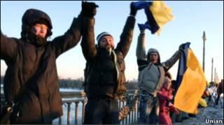 Учасники акції, присвяченої Дню Соборності України, тримаються за руки на мосту Патона  22 січня 2010 року