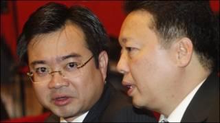 Ông Nguyễn Thanh Nghị, bên trái, con trai của Thủ tướng Nguyế̃n Tấn Dũng